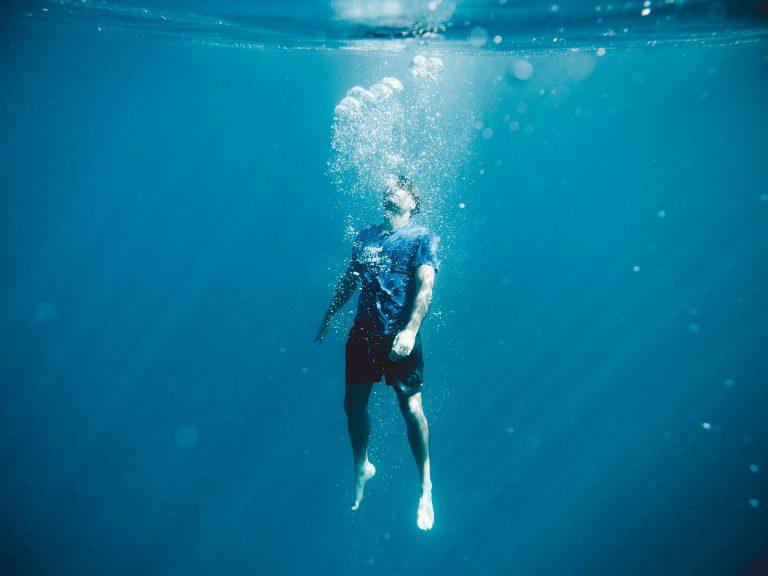 kleidung-unter-wasser-schwebend-luftblasen