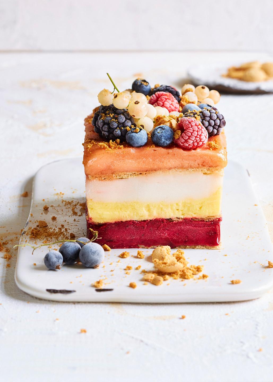 kuchen-stueck-obst-nuesse-platte-rechteckig