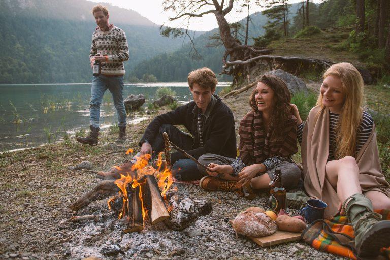 lagerfeuer-see-grillen-freunde-wochenende-ausflug