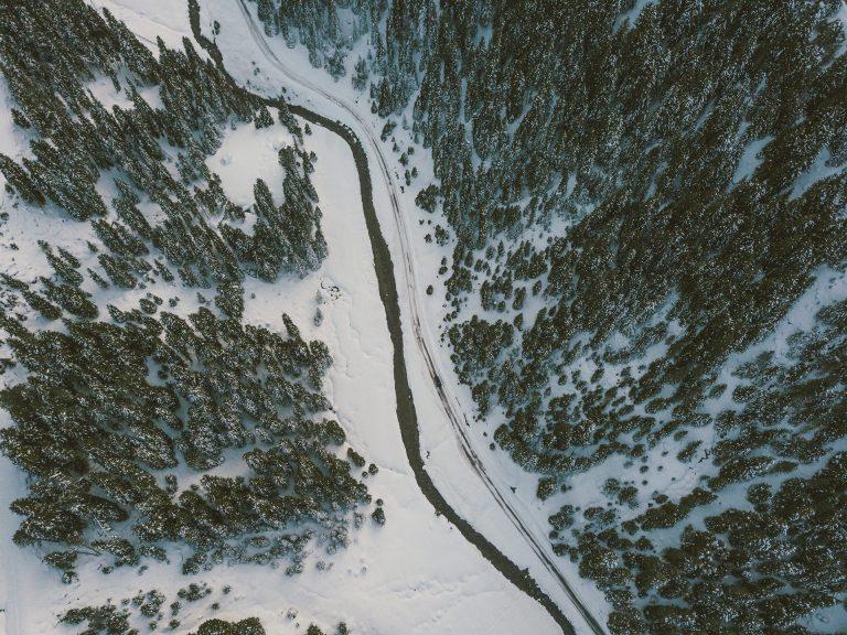 landschaft-obersicht-strasse-wald-winter