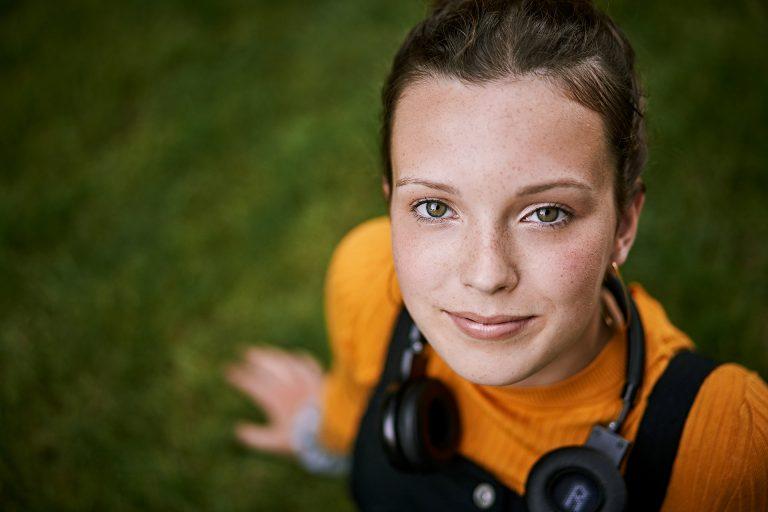 maedchen-portrait-fokus-blick-wiese