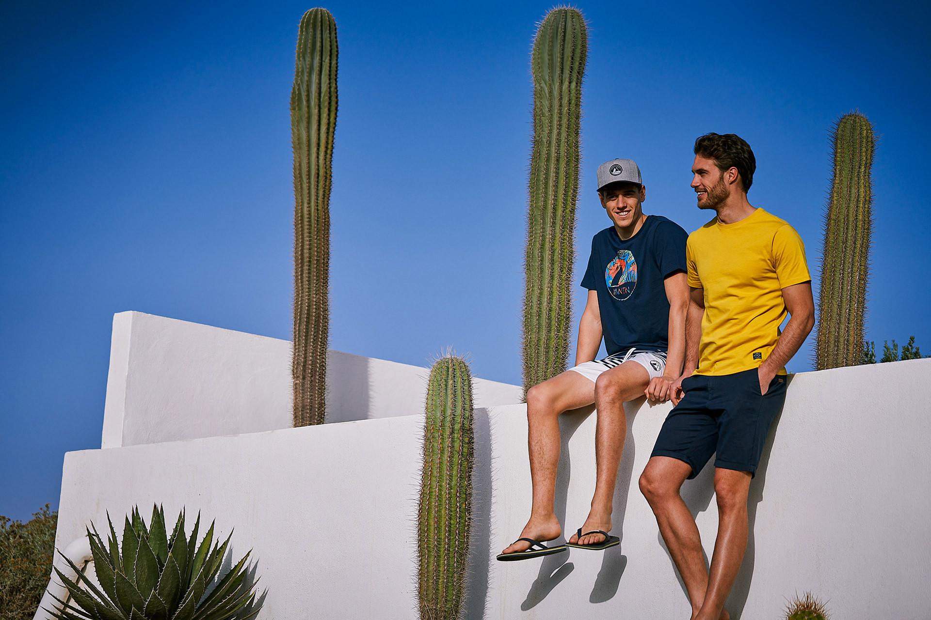 maenner-mauer-sueden-sommer-kaktus