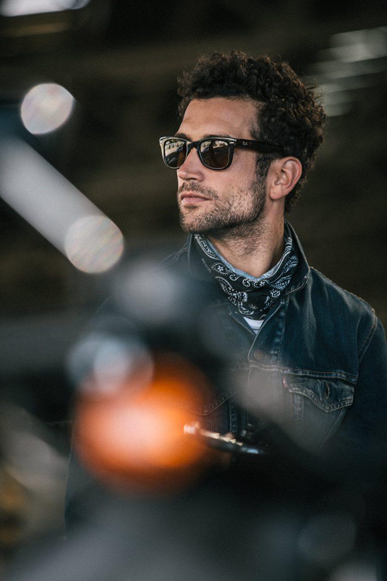 mann-motorradfahrer-sonnenbrille-cool