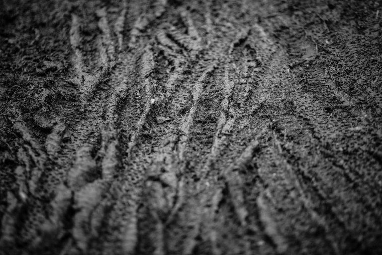 matsch-reifen-spuren-dreck-regen