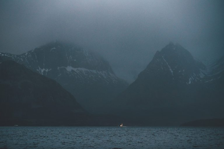 meer-berge-duester-abend-licht