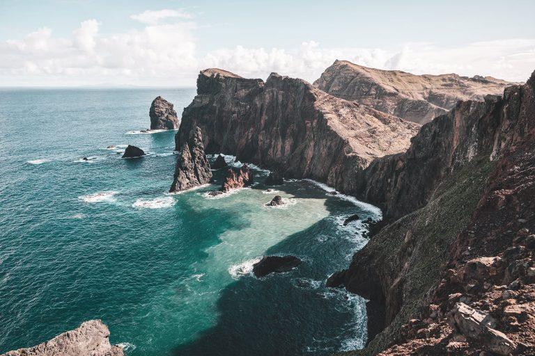 meer-klippen-blau-gruen-felsen