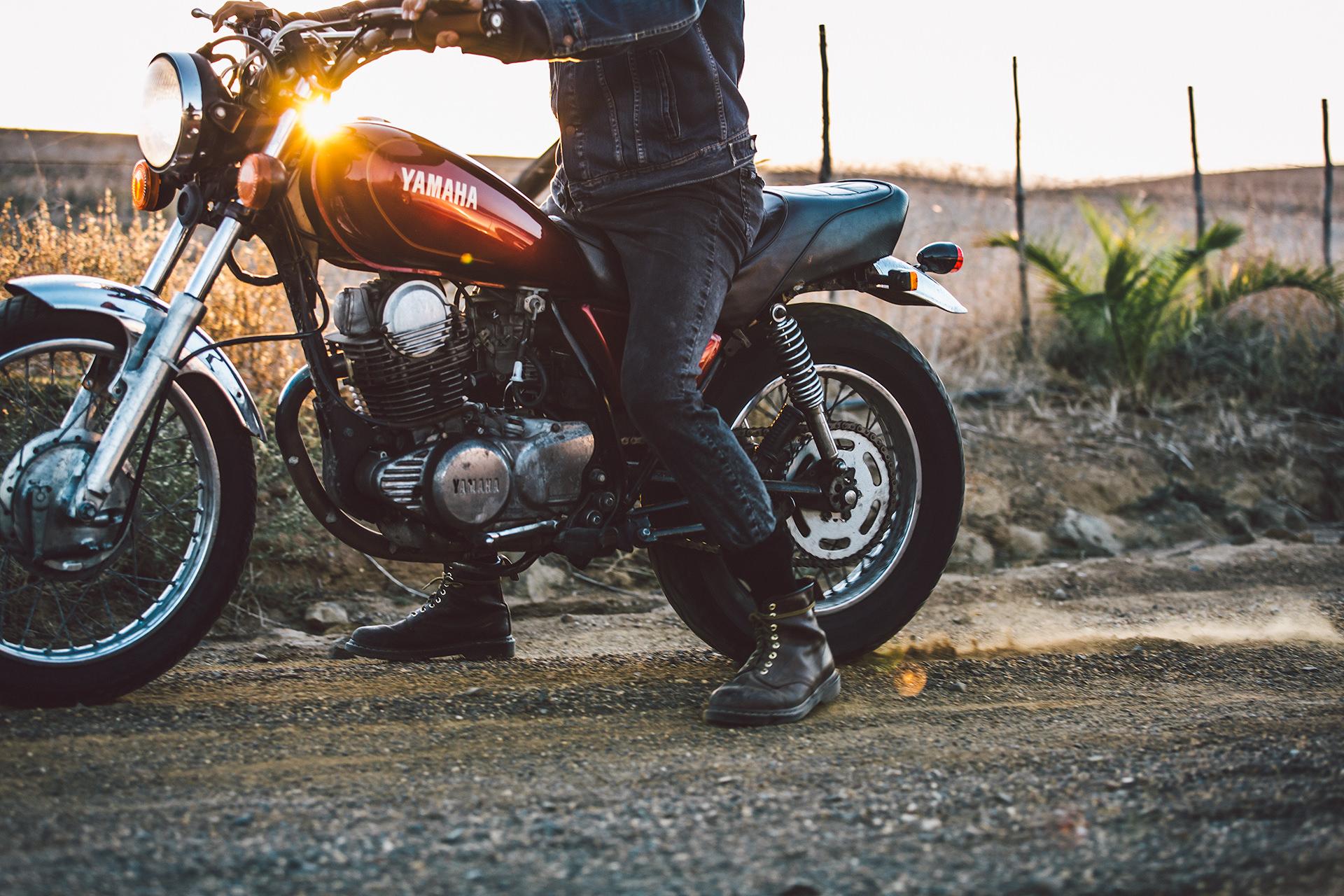 motorrad-biker-detail-strasse-yamaha