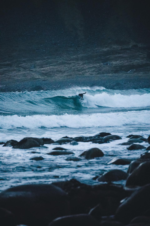 neoprenanzug-surfen-welle-kalt-dunkel