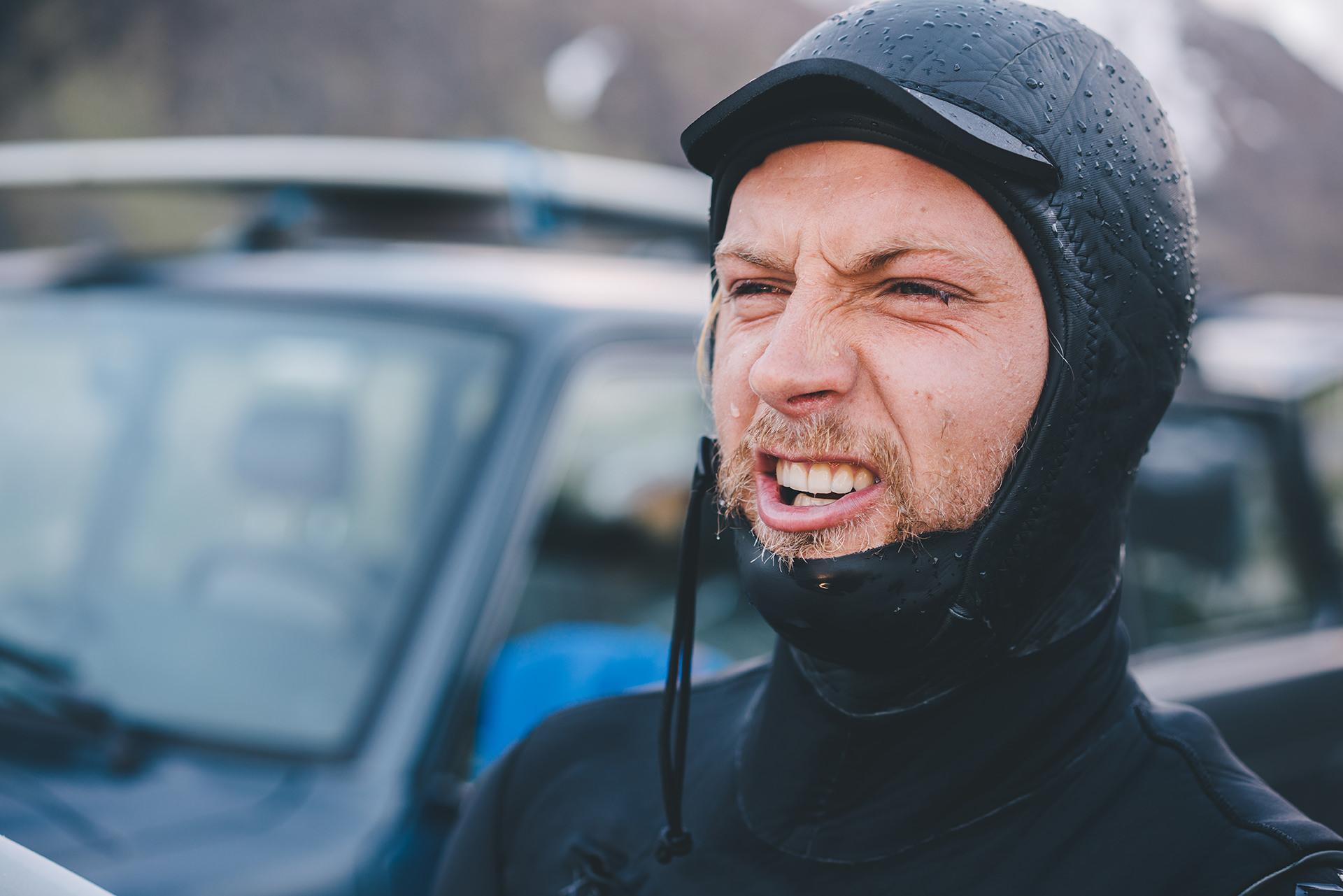 neoprenanzug-surfer-gesicht-nass-kalt