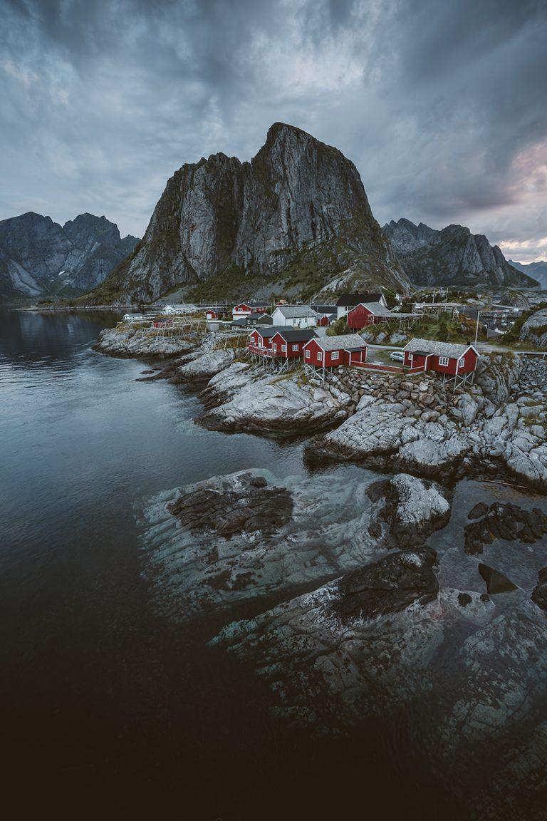 norwegen-fjord-haus-rot-stimmung