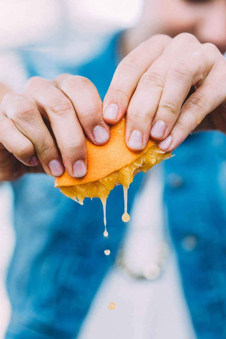 orange-saft-auspressen-haende