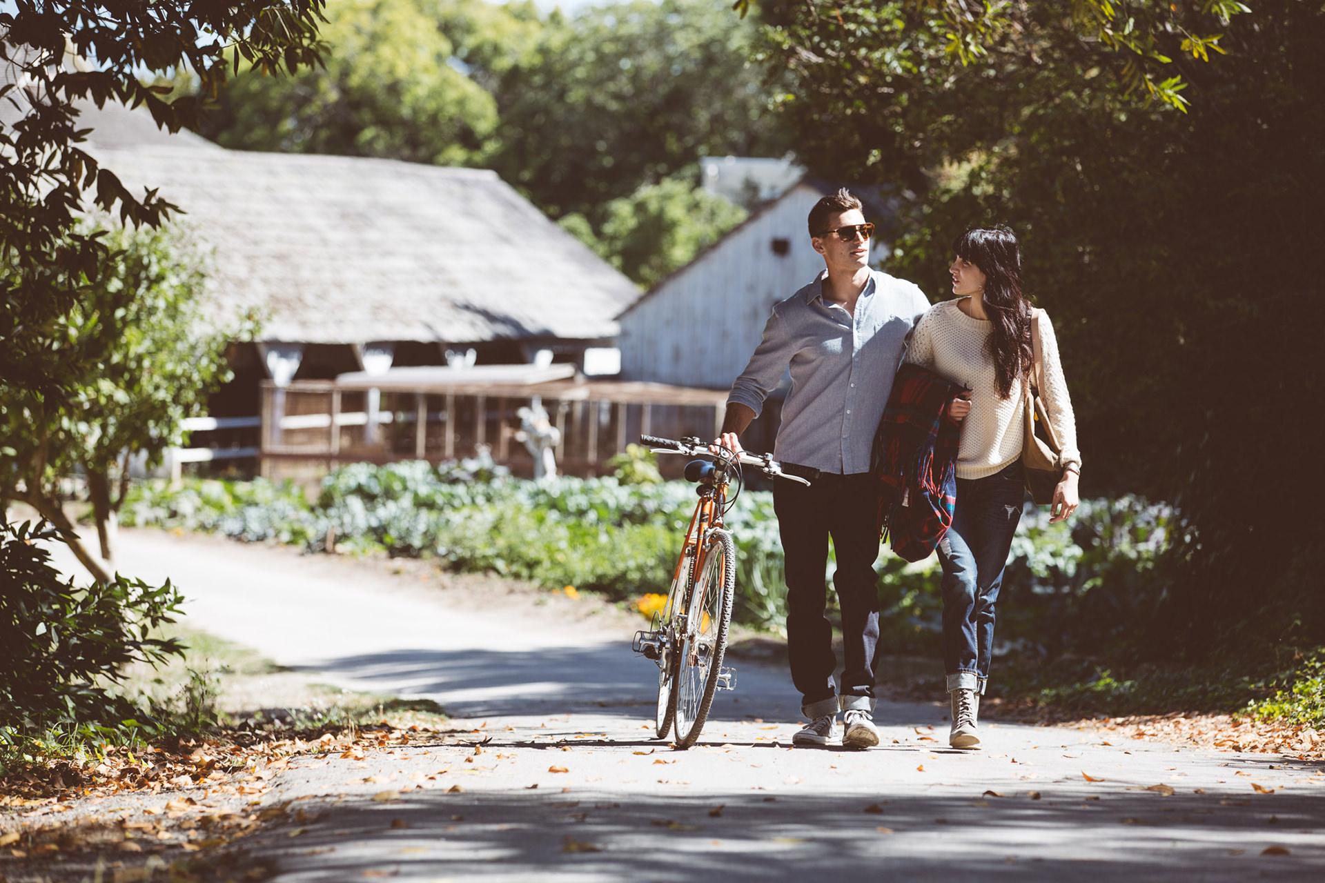 paar-spazieren-sommer-fahrrad-natur