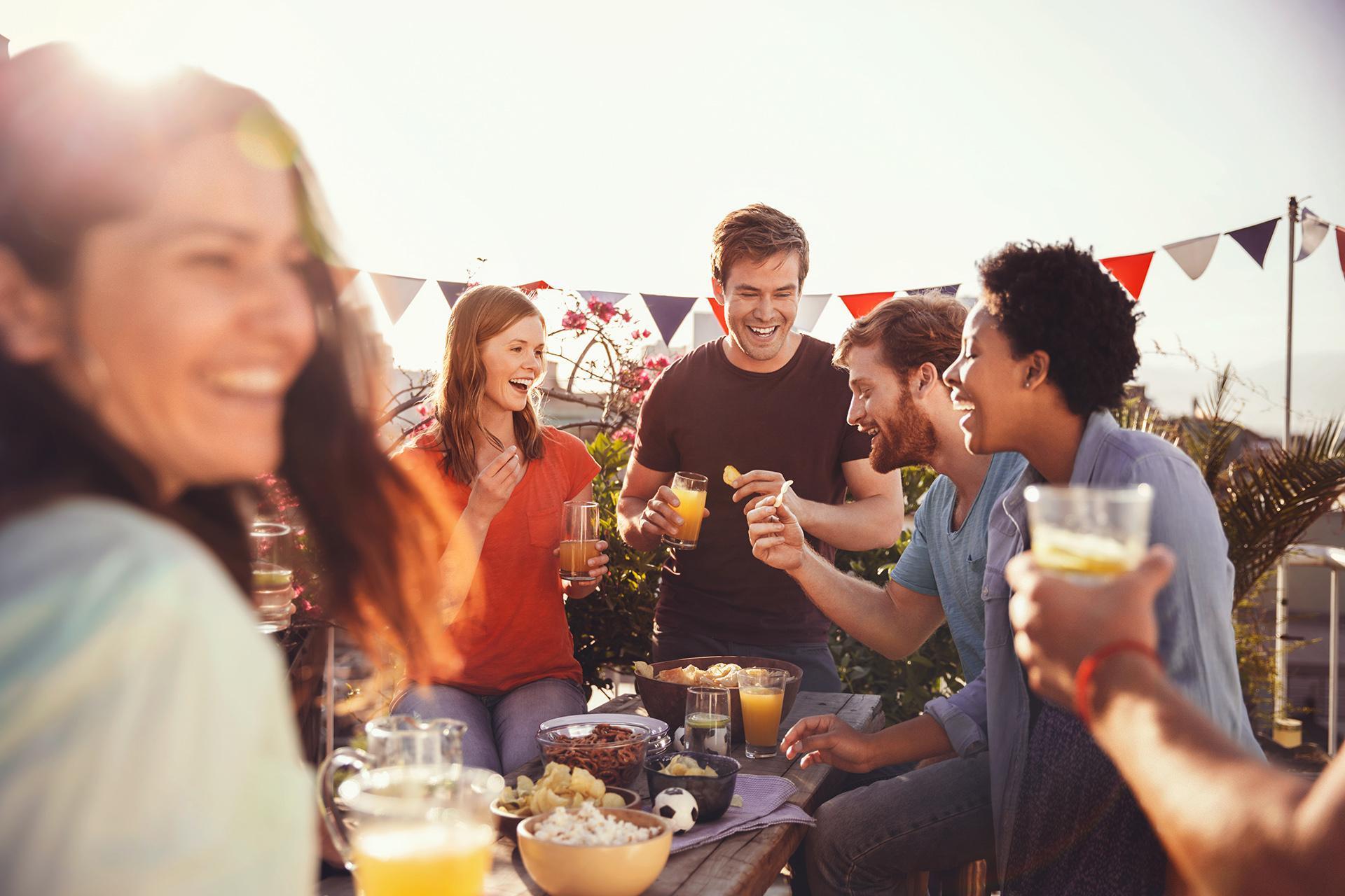 party-freunde-feiern-drinks-sonne