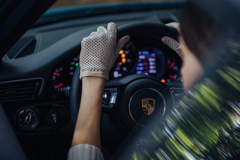 porsche-lenkrad-handschuh-detail-autofahren