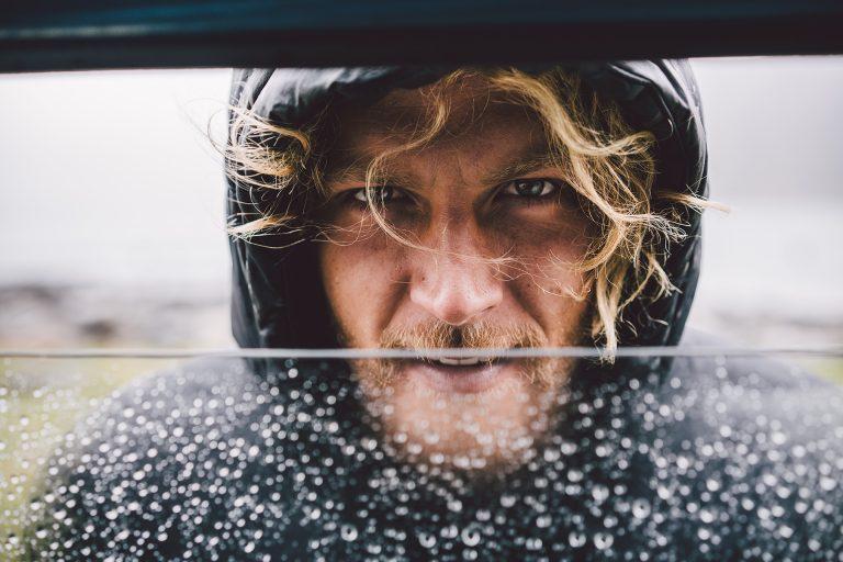 portrait-blick-fenster-regen-fokus