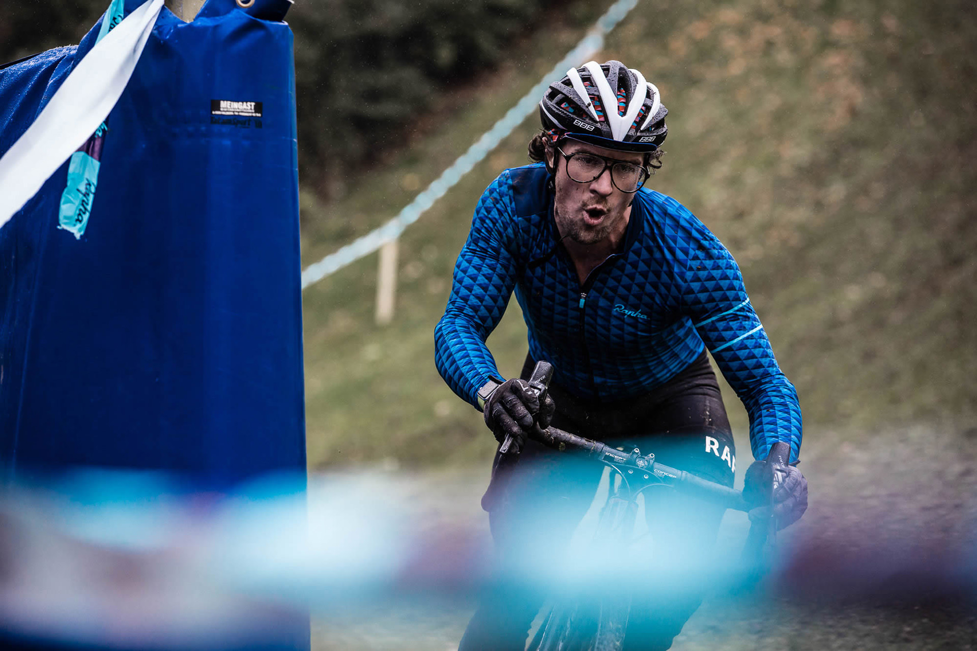 race-bike-hill-concentration-man