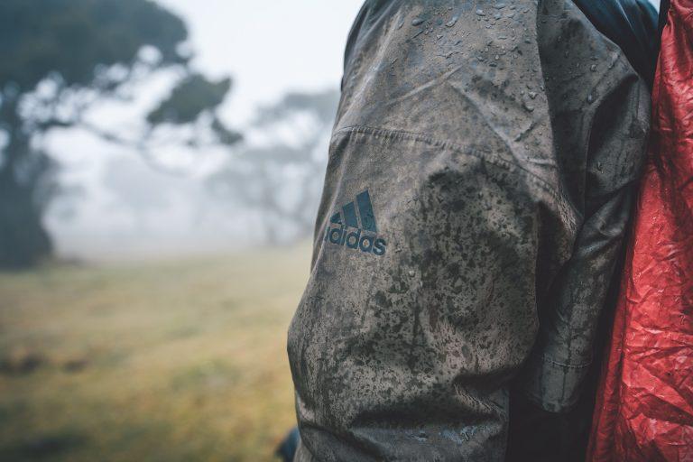 regen-jacke-detail-adidas-natur
