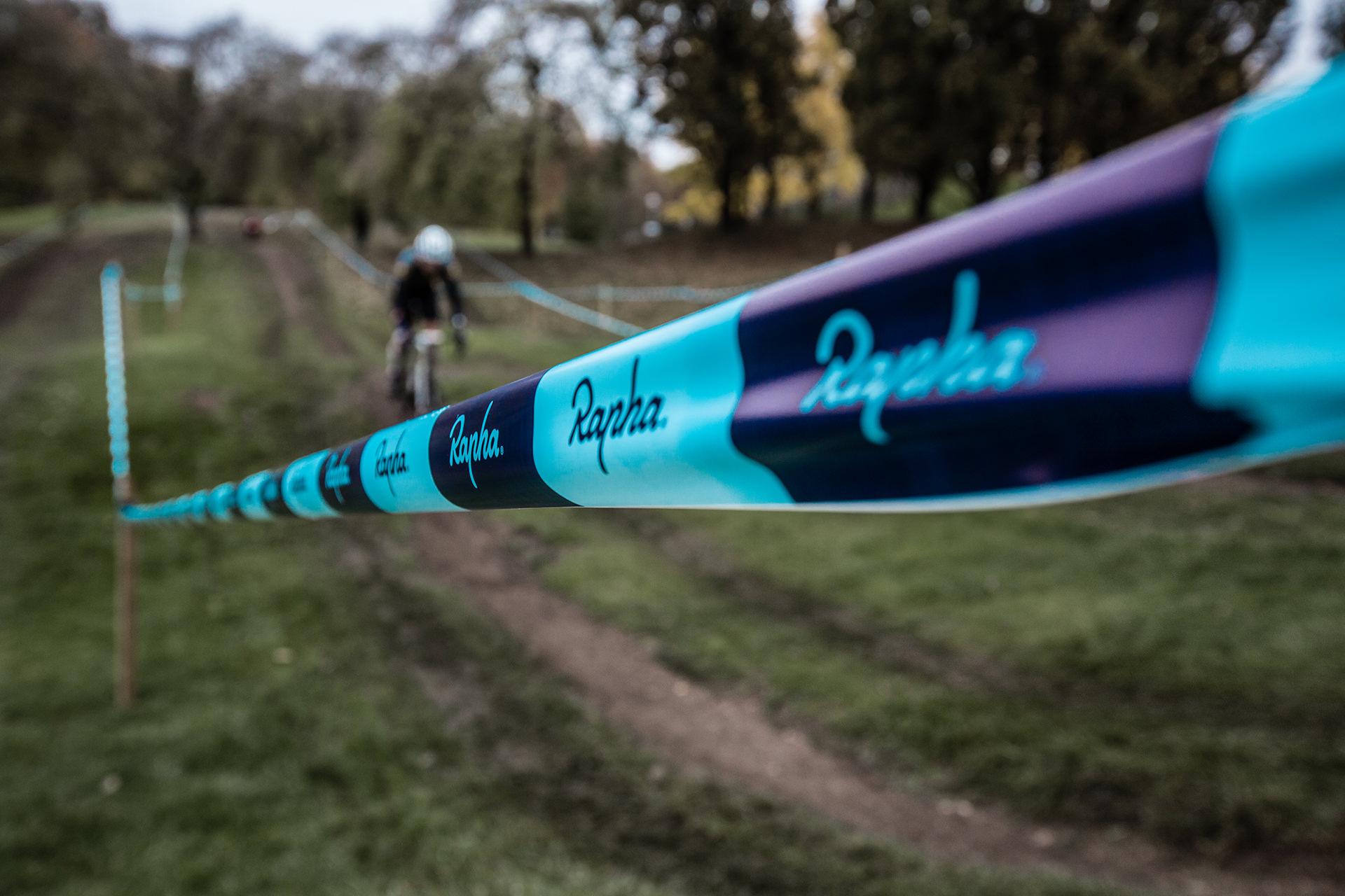 rennen-cyclocross-fahrrad-absperrband-wiese