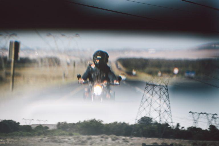 rueckspiegel-motorrad-paar-fahren-strasse