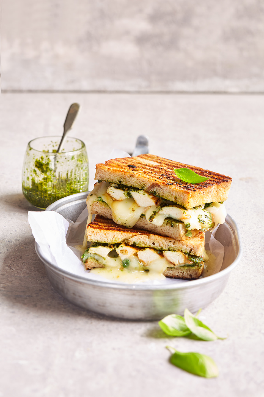 sandwich-gegrillt-kaese-huehnchen-kraeuterpesto