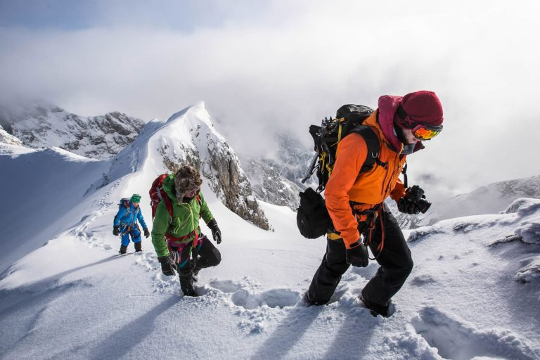 schnee-tour-ausruestung-team-winter