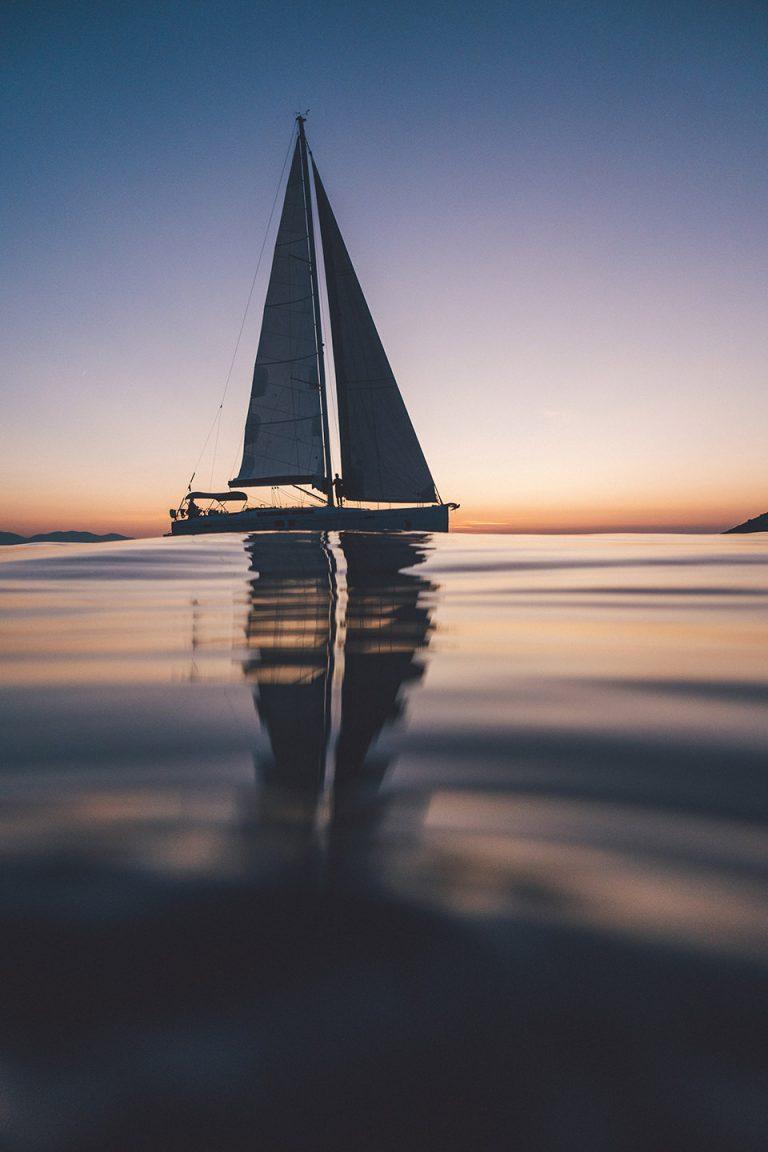 segel-boot-sonnenuntergang-silhouette-wasser