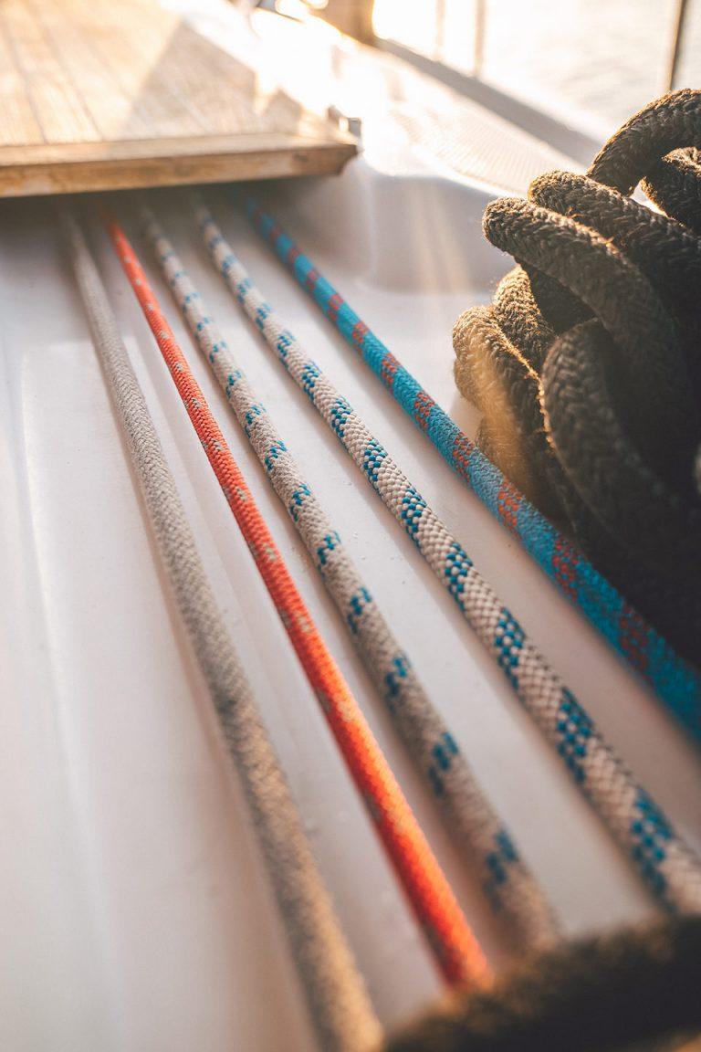 seile-gespannt-segelboot-detail-farben