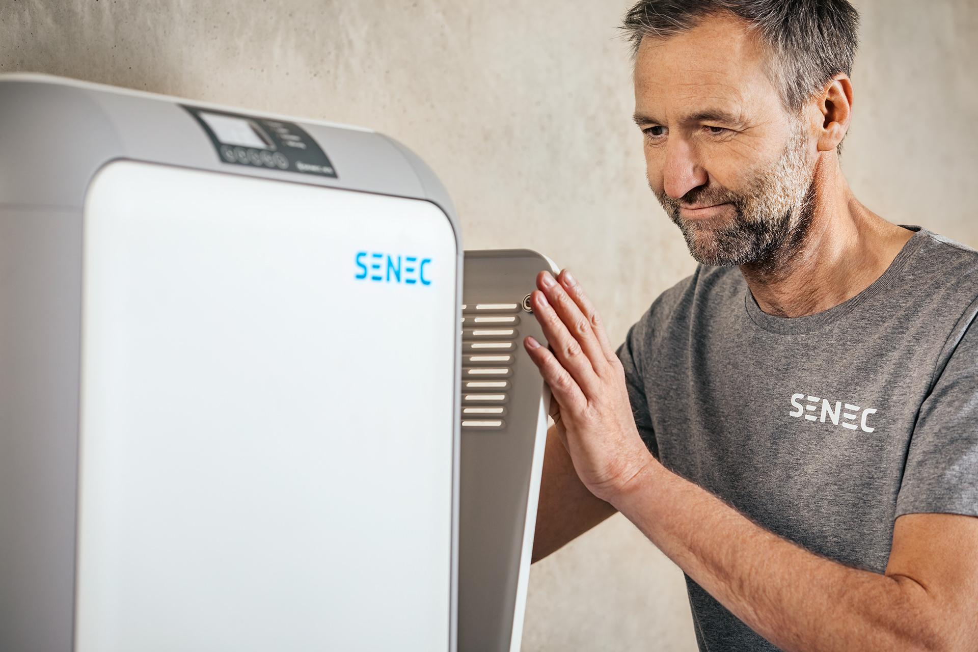 senec-energie-speicher-oeffnen-mann