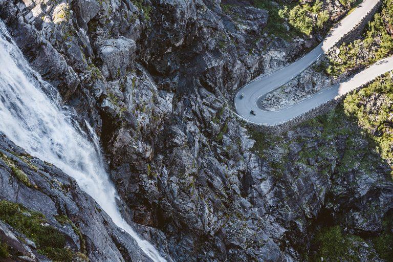 serpentinen-wasserfall-motorrad-tour-adac