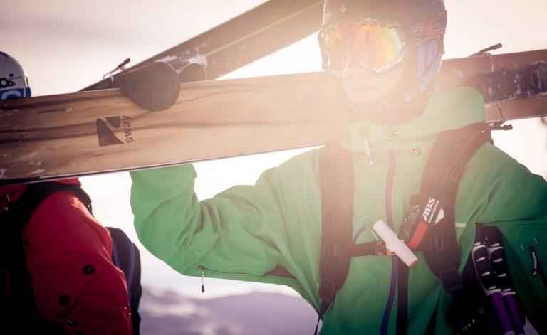 ski-tragen-freeride-sonne