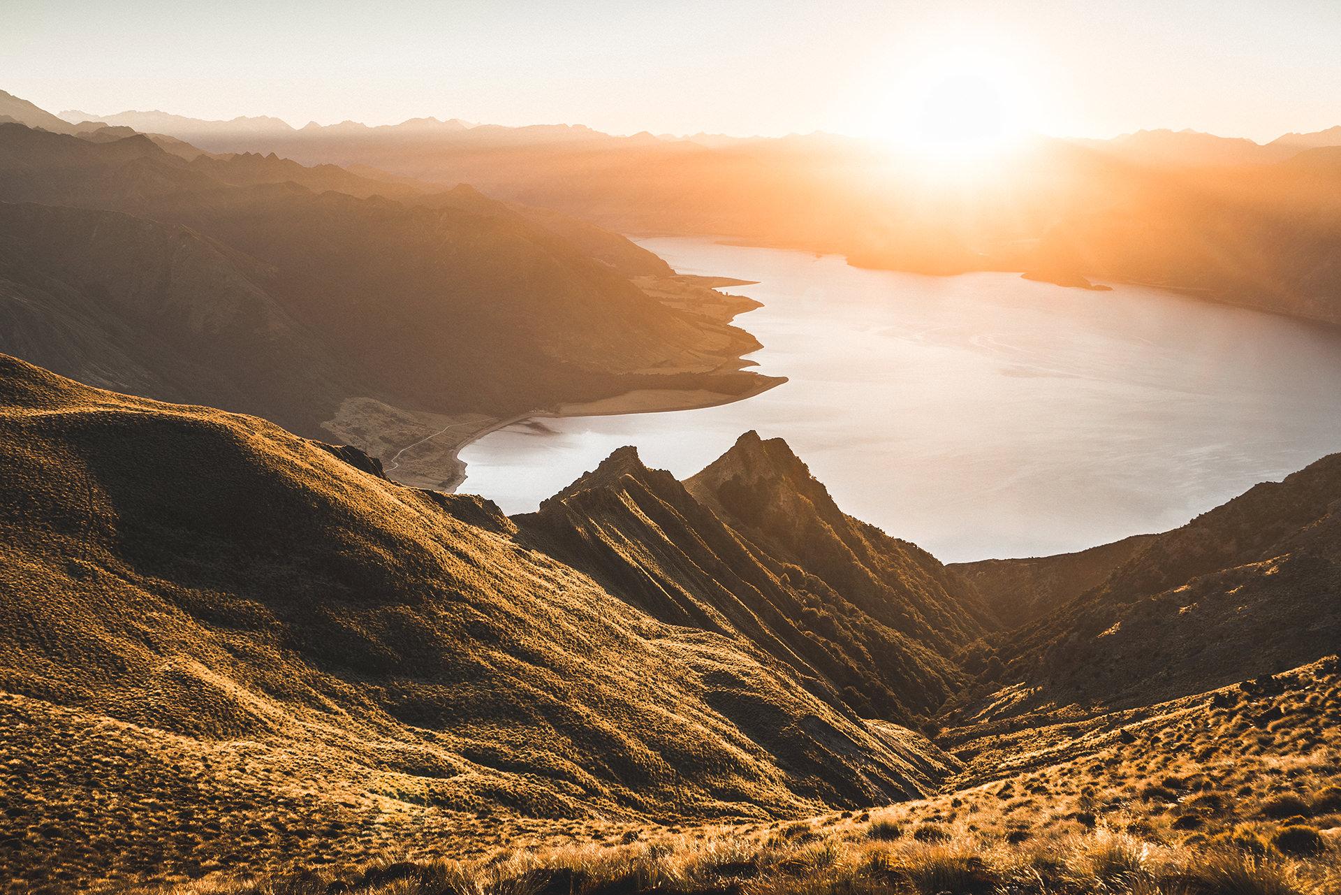 sonnenuntergang-berge-meer-neuseeland