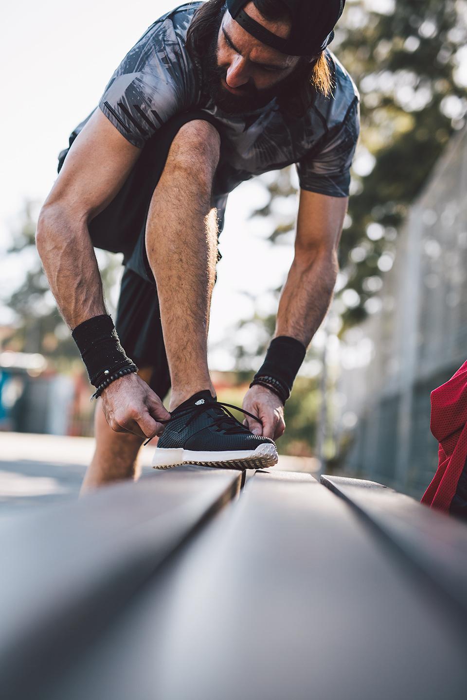 sport-mann-schuhe-anziehen-perspektive