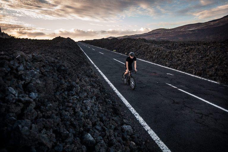 strasse-dunkel-fahrrad-fahren