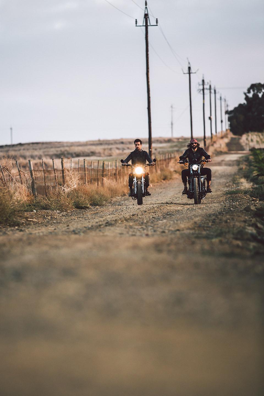 strasse-motorrad-fahren-freunde-feld