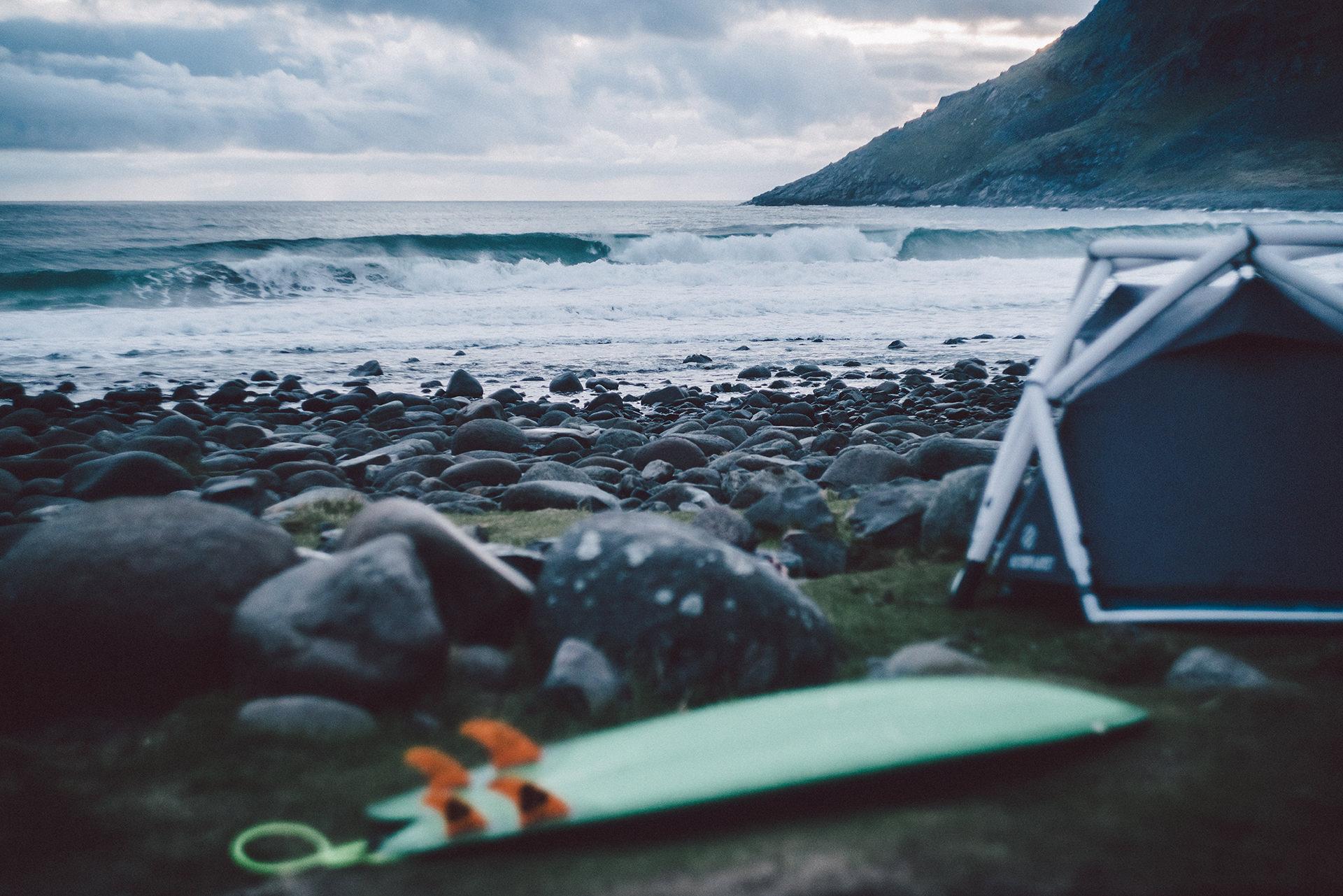 surfboard-strand-wellen-kalt