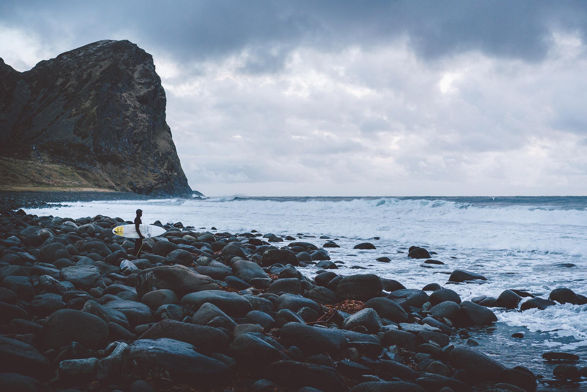 surfen-neoprenanzug-strand-steine