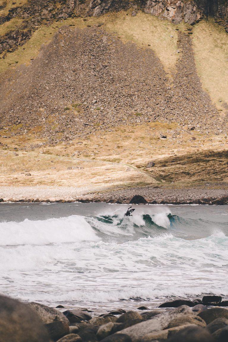 surfen-welle-steine-strand-norwegen