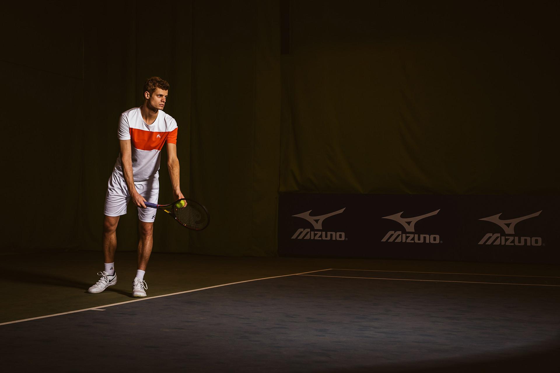 tennis-auffschlag-feld-profi-konzetration
