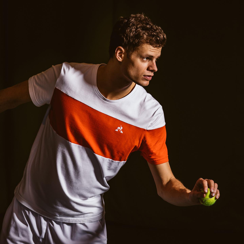 tennis-aufschlag-ball-konzentration