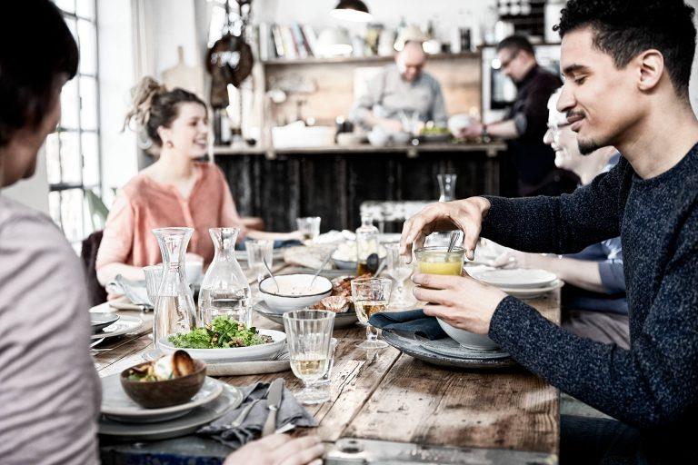 tisch-essen-freunde-gleucklich-gemeinsam