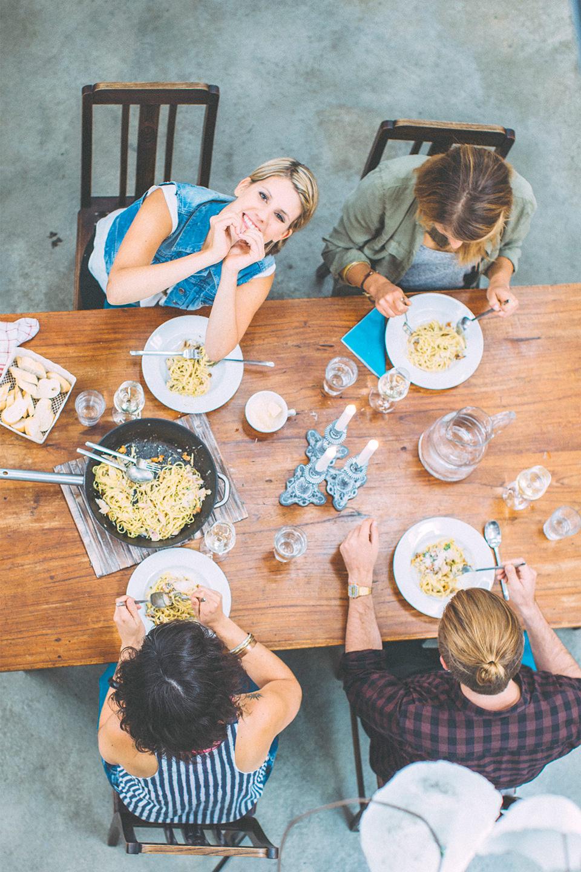 tisch-pfanne-people-topshot-pasta