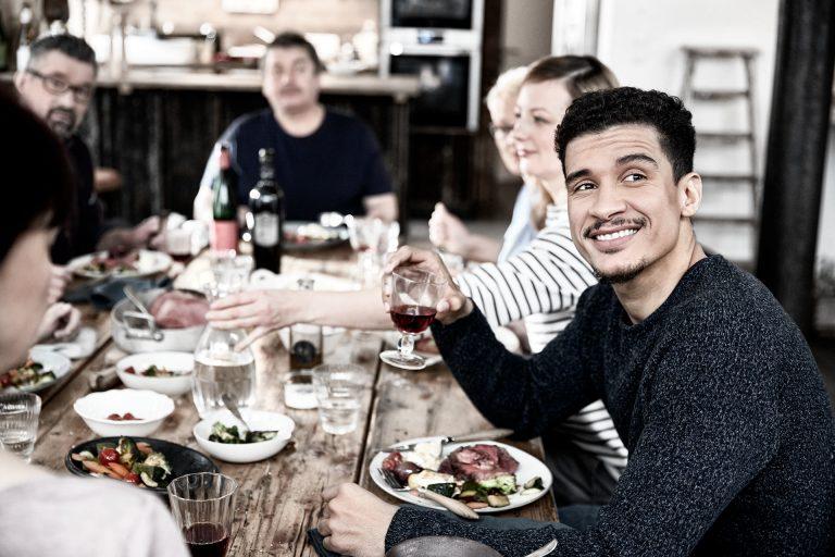 tischszene-freunde-mann-gemeinsam-essen