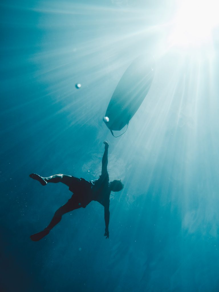 unter-wasser-surfboard-surfer