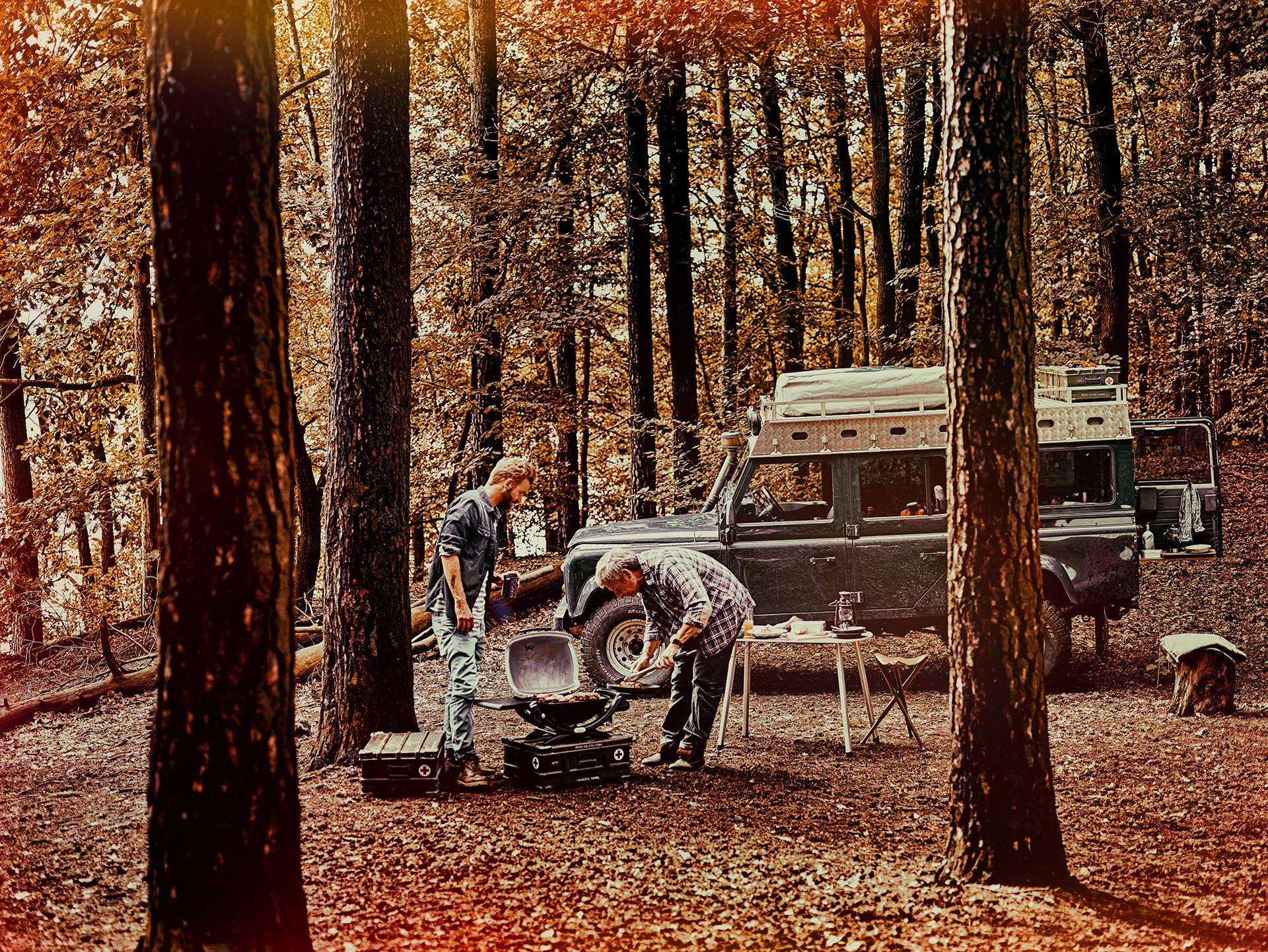 wald-campingtrip-grillen-maennertrip-weber