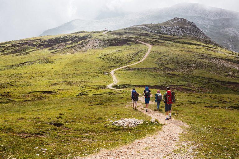 wanderer-weg-berg-tour-gruppe