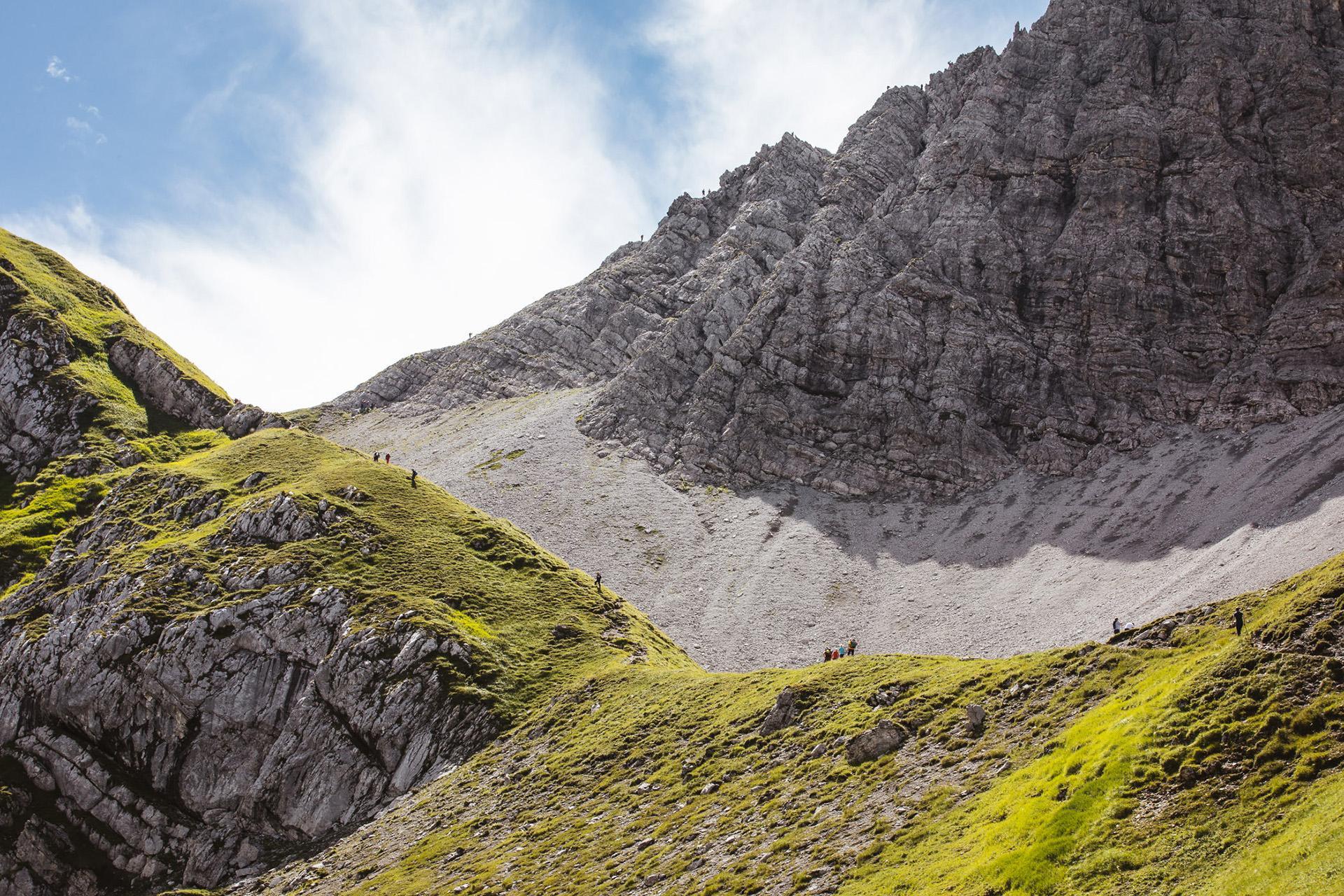 wandern-aufstieg-gruppe-weg-berg