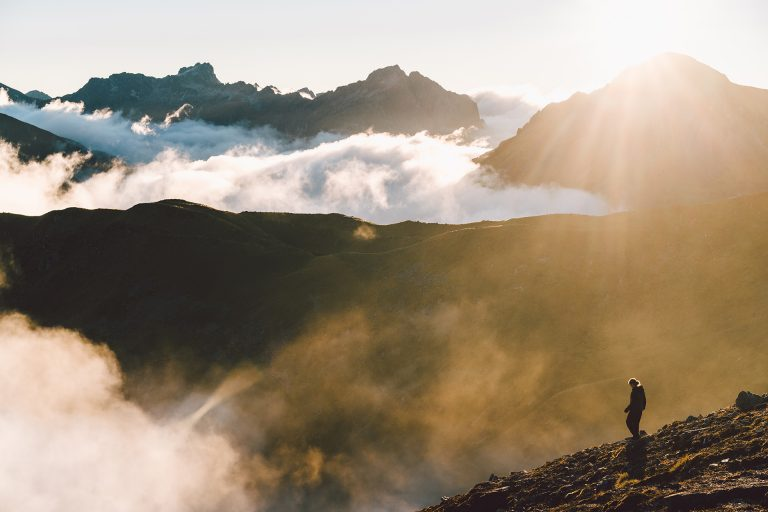 wandern-ueber-wolken-sonne-abstieg