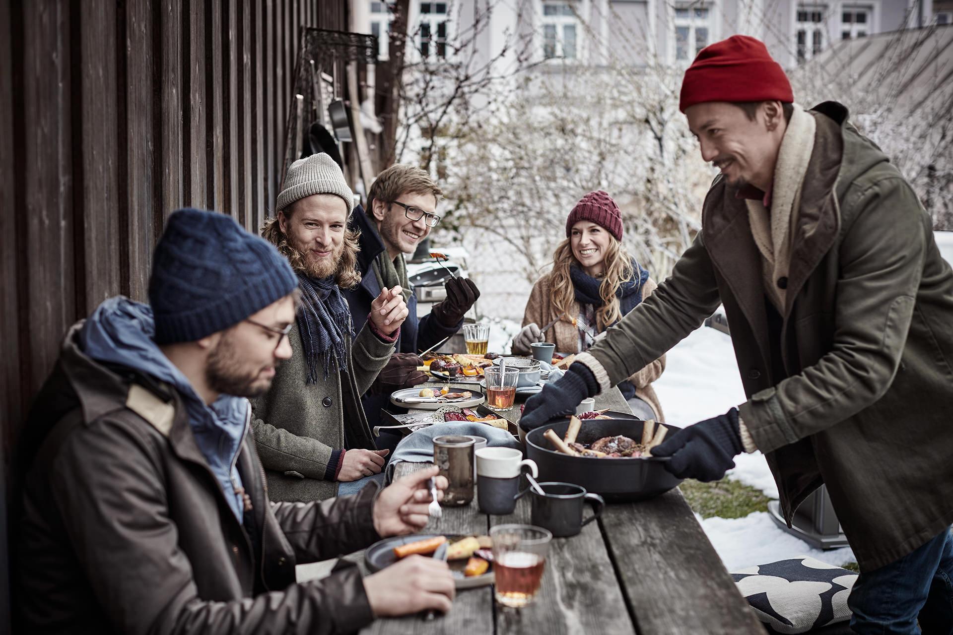 weber-winter-grillen-people-tisch