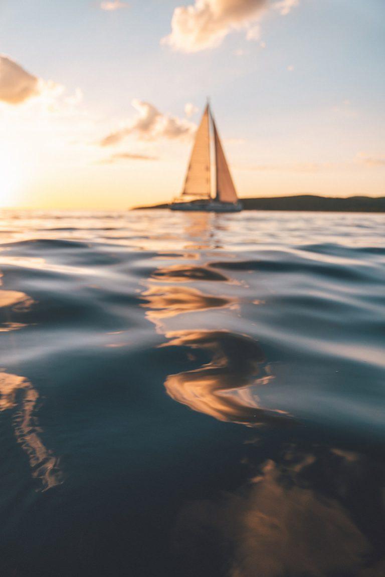 wellen-segel-boot-sonnenaufgang