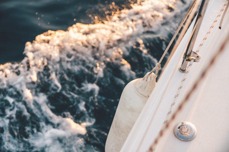 wellen-segelboot-wsser-boje-detail